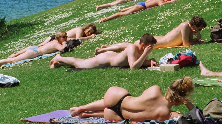Nackt schwimmen frauen beim Drei Frauen