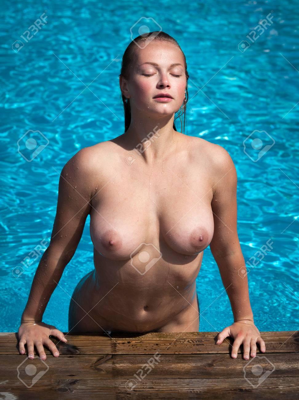 Nackt pool am frauen sexy Heißer Sex